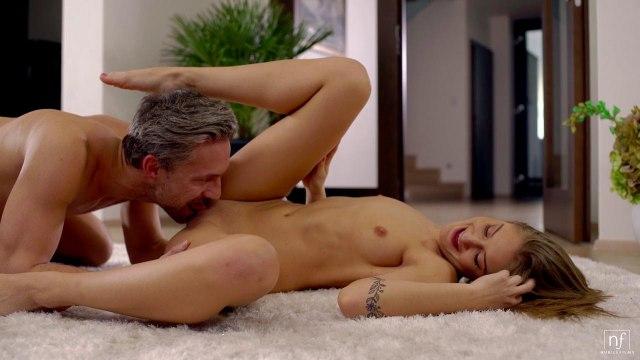 Зрелый самец делает куни своей цыпочке и трахает ее на мягком ковре #2