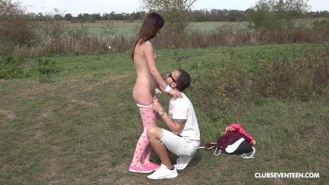 Влюбленная парочка трахается на природе, устроив жаркий секс-пикник на траве #4