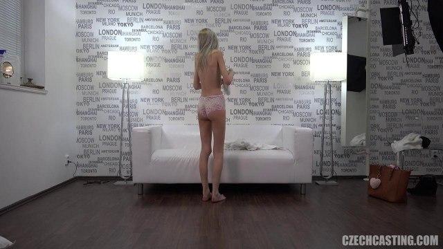 Тощая девка сосет член и трахается раком с мужиком на порно кастинге #9