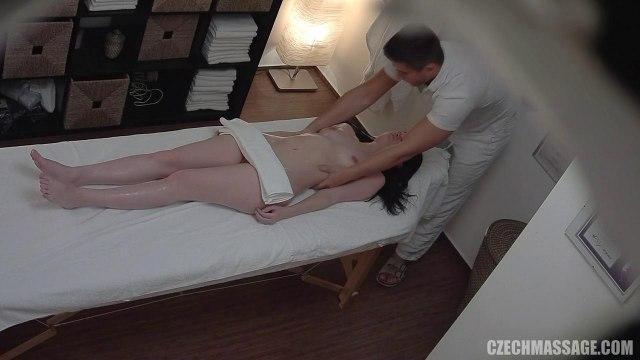 Массажист мастурбирует гладкую письку девчонки пальцами и трахает ее на кушетке #3