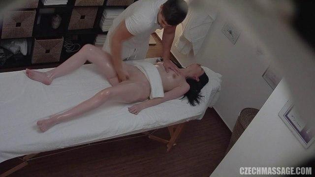 Массажист мастурбирует гладкую письку девчонки пальцами и трахает ее на кушетке #4