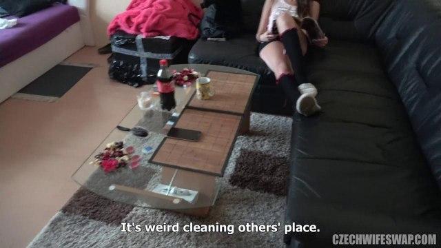 Застукал голую сестру в ванне и дал ей подрочить свой крепкий ствол #2