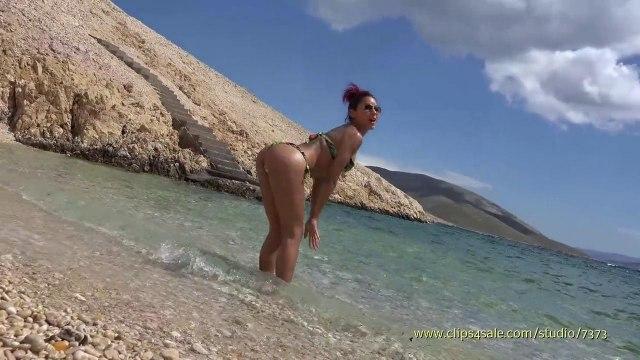 Жаркий отсос толстого члена в исполнении загорелом красотки на диком пляже #9
