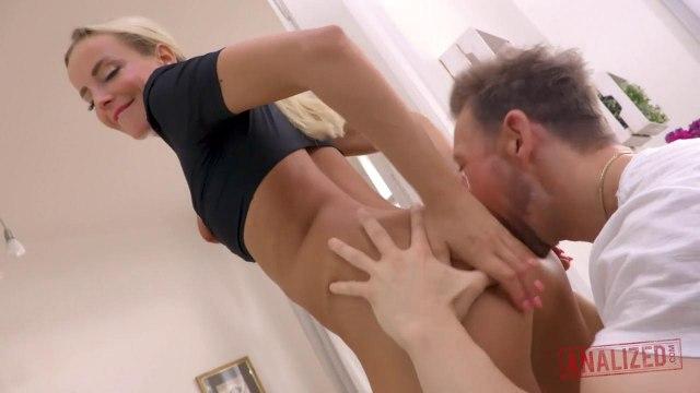 Анальный оргазм симпатичной блондинки с упругой задницей и аппетитными сиськами #2