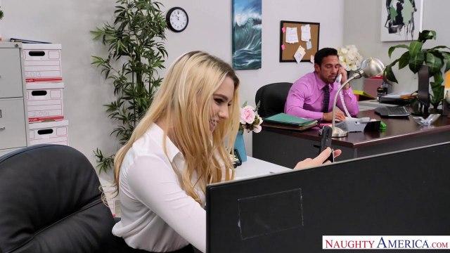Блондинка в чулках трахается на столе со своим симпатичным коллегой #1