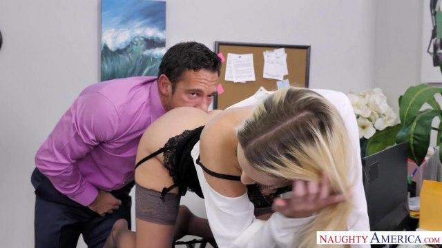 Блондинка в чулках трахается на столе со своим симпатичным коллегой #2