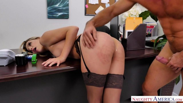Блондинка в чулках трахается на столе со своим симпатичным коллегой #6