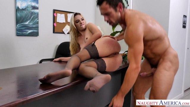 Блондинка в чулках трахается на столе со своим симпатичным коллегой #8