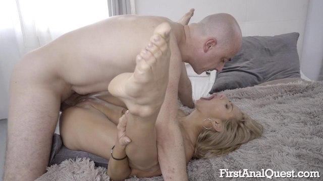 Блондинка с тощей задницей стонет от своего первого анального секса #7