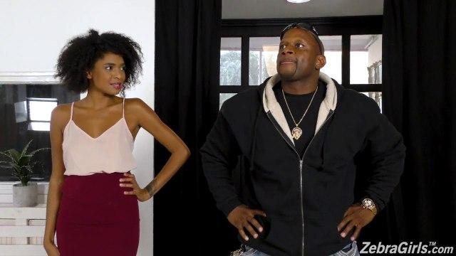 Негритянка смогла довести подругу лесбиянку до бурного оргазма нежными ласками #1