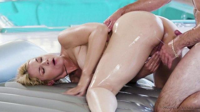 Парень трахнул раком блондинку в масле после эротического массажа #7