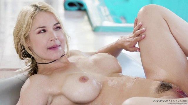 Парень трахнул раком блондинку в масле после эротического массажа #9