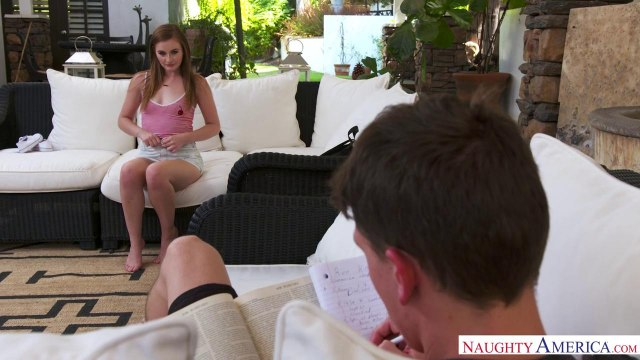 Похотливая девушка с влажной писькой сама напросилась на жаркий секс на диване #2