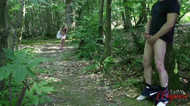 Красавица застукала соседа в лесу за мастурбацией пениса #1