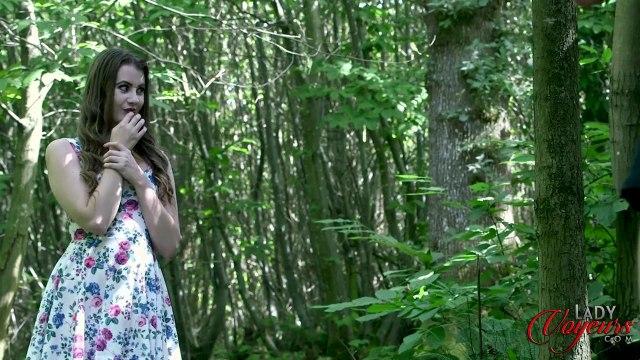 Красавица застукала соседа в лесу за мастурбацией пениса #2