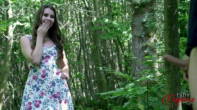 Красавица застукала соседа в лесу за мастурбацией пениса #3