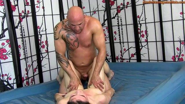 Старый мужик на эротическом массаже довел массажистку до оргазма #9