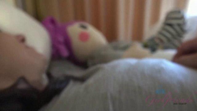 Качок будит ночью пьяную студентку и ебет ее раком в серой кофте на кровати #1