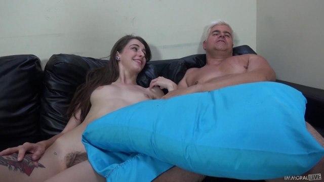 Начальник грубо пихнул елду в презервативе в вагину ассистентки #9