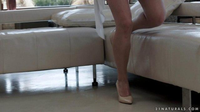 Женатик поставил рога супруге с молодой нянечкой и обкончал ей ножки #1