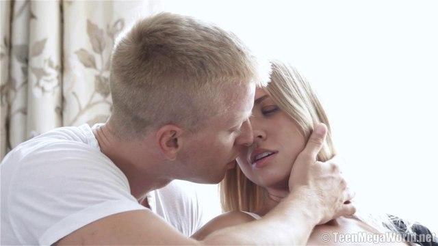 Блондин вскрывает то узкую писю, то задний проход нежной модели #2