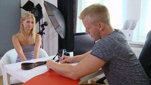 Фотограф вывалил большой пенис перед голой моделью и жестко выебал на столе #1