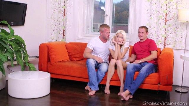 Два пацана долбят девицу с белыми волосами во все щели и сливают в нее кончу #2