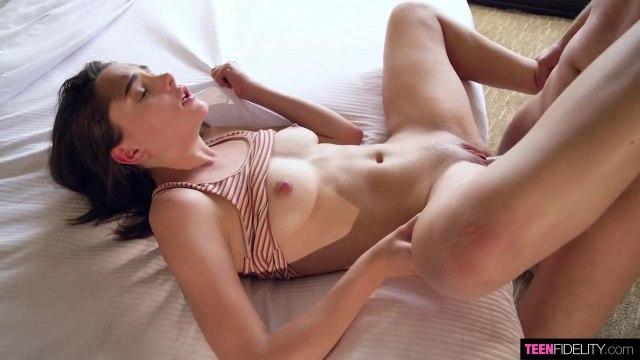 Красотка жестко глотает член мужа и ласкает на подоконнике его вагиной #3