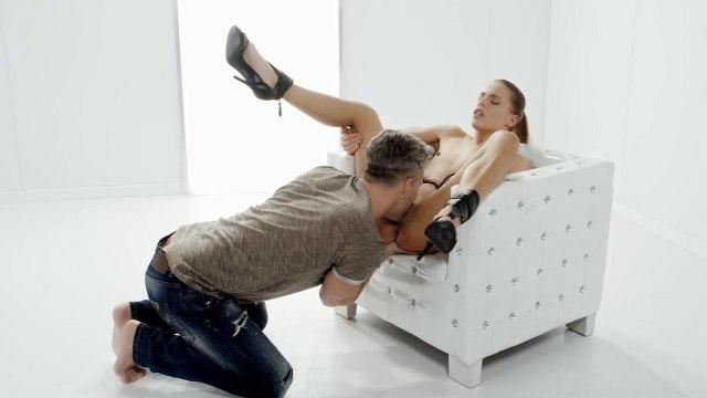 Седой бизнесмен в кресле выебал домработницу в черных туфлях и обкончал ее #3