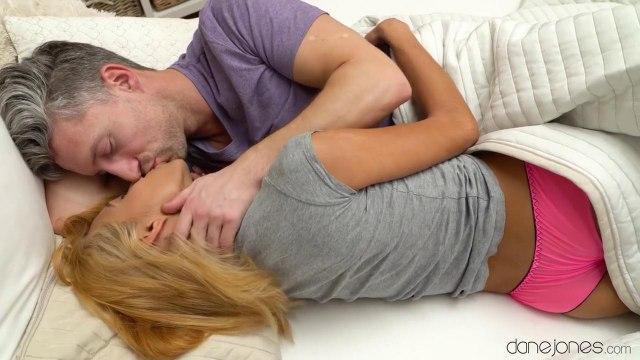 Блондинка наслаждается романтическим сексом с седым поджарым учителем #1