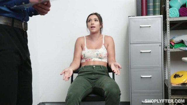 Охранник наказывает покупательницу за кражу жесткой еблей раком на столе #1
