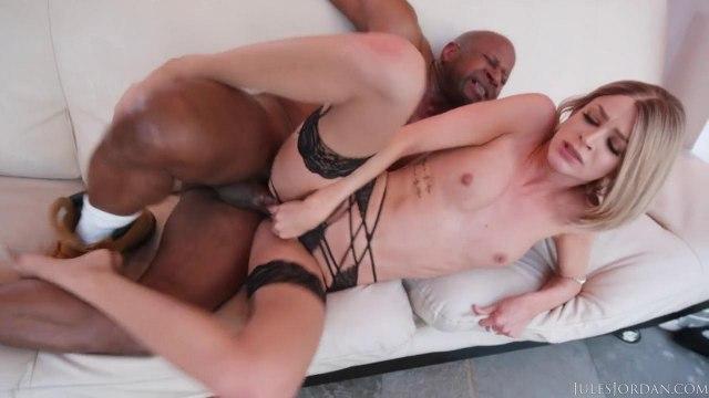 Черная палка глубоко таранит бритую женскую писечку белой подруги #8
