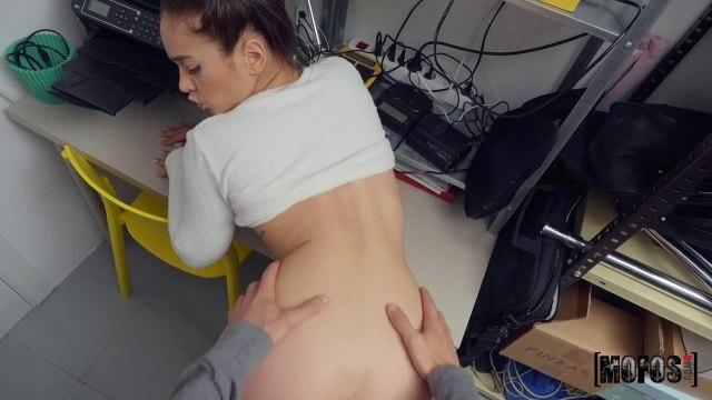 Секретарша в серой кофте на работе полирует перед вебкамерой длинный болт начальника #4