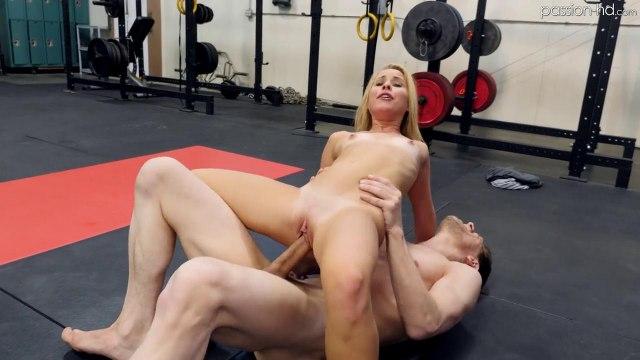 Фитоняша на полу в зале кончила на огромном члене тренера #8