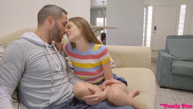 Девушка за спиной у папы тайно полирует длинный хуй его лучшего друга #1