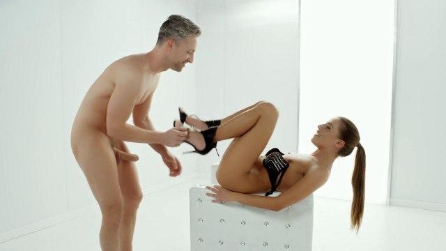Девушка в черных туфлях на белом кресле скачет на елде директора и кончает #4