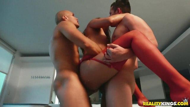 Два парня рвут очко и влагалище подруги в красных чулочках #8