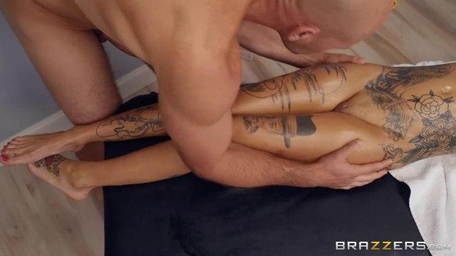 Сисястая раздвигает ноги перед крепким массажистом и зарабатывает на себя поток кончи #2