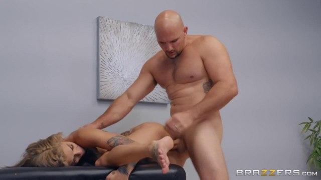 Сисястая раздвигает ноги перед крепким массажистом и зарабатывает на себя поток кончи #5