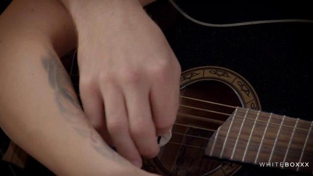Парень хотел научить ее играть на гитаре, но телке захотелось секса #1