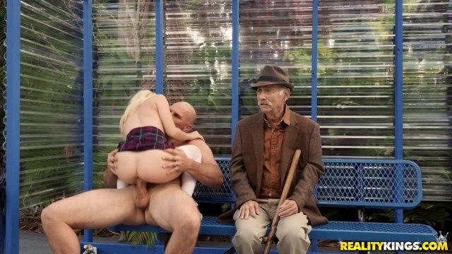 Блондинка отсосала член своему лысому парню на автобусной обстановке #4
