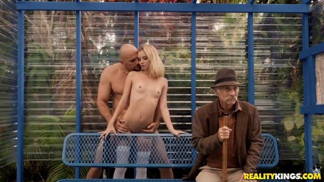 Блондинка отсосала член своему лысому парню на автобусной обстановке #8
