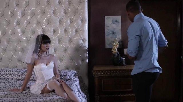 Развратная девица привела темнокожего любовника в супружескую спальню #1