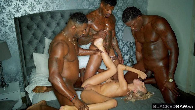 Темнокожие самцы насадили блондинку на члены и трахнули ее двойным проникновением #5