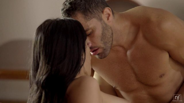 Парень совершенно забыл о бильярде и устроил секс втроем с брюнетками #8