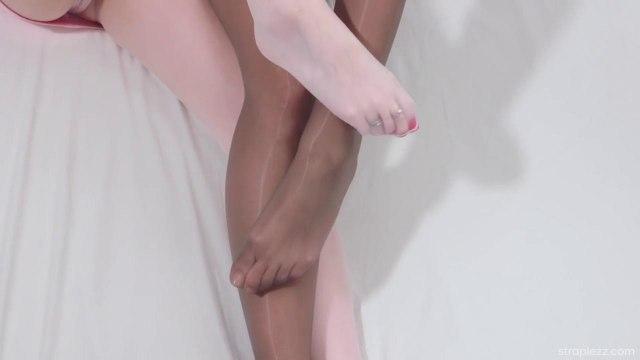 Подруги решили испытать новый страпон и кончили от блаженства #1
