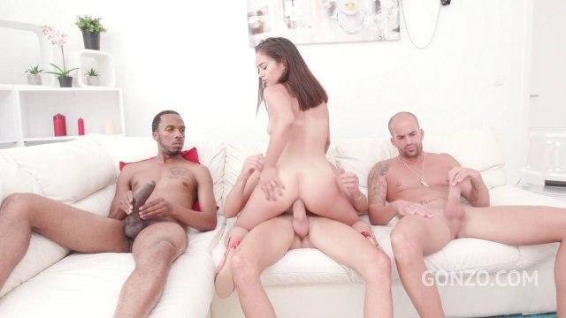 Девка в короткой юбке предпочитает страстный анальный секс с двумя самцами #7