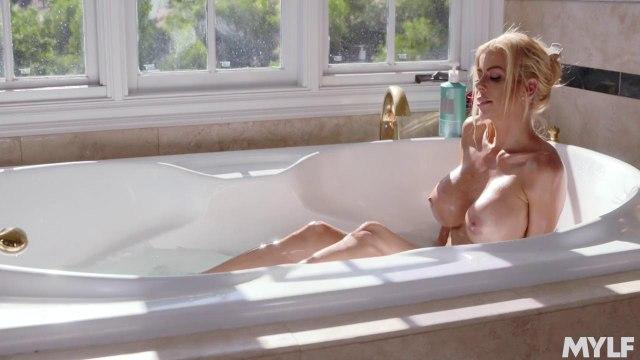 Зрелая мамаша соблазнила пасынка и трахнулась с ним в ванной #5