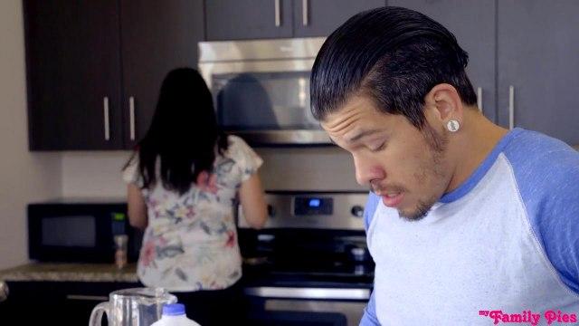 Сладкая парочка трахается на кухне, пока мамаша не видит их страстные игры #3