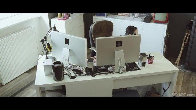 Возбужденный самец отымел свою коллегу в пилотку на рабочем столе #2